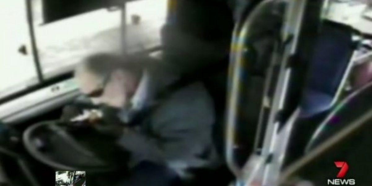 Conductor de bus se estrella tras fumar marihuana