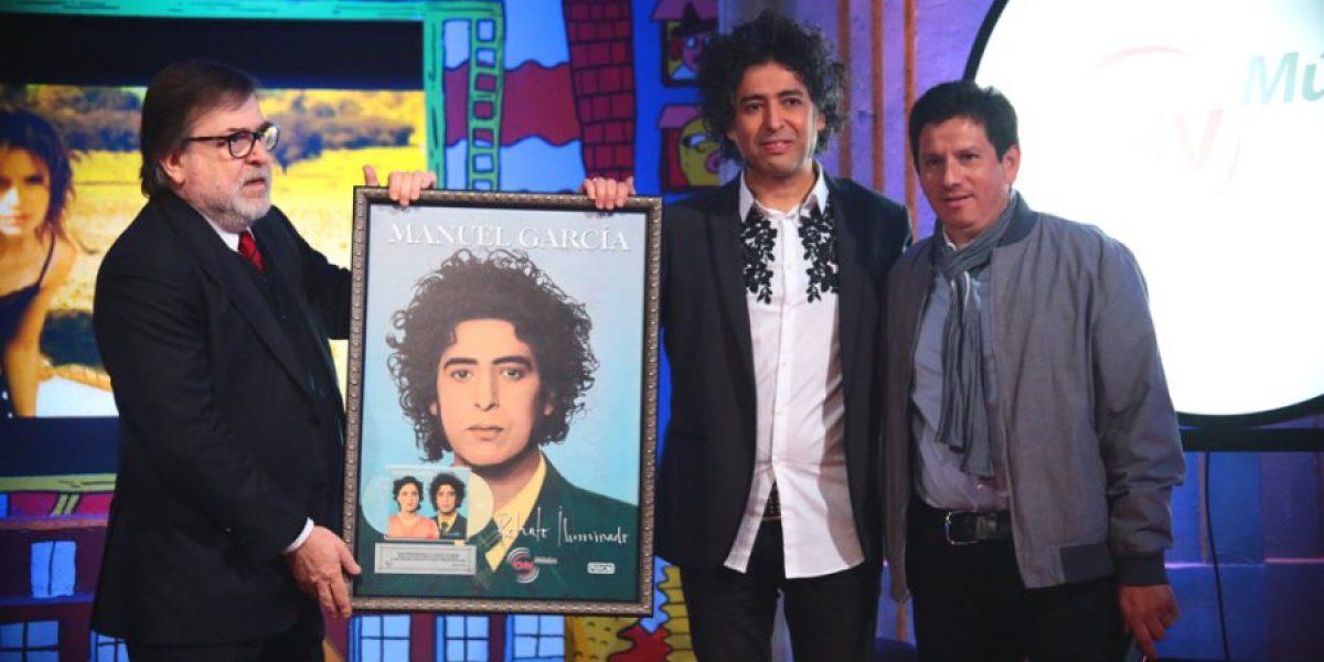 Manuel García recibe disco de platino por