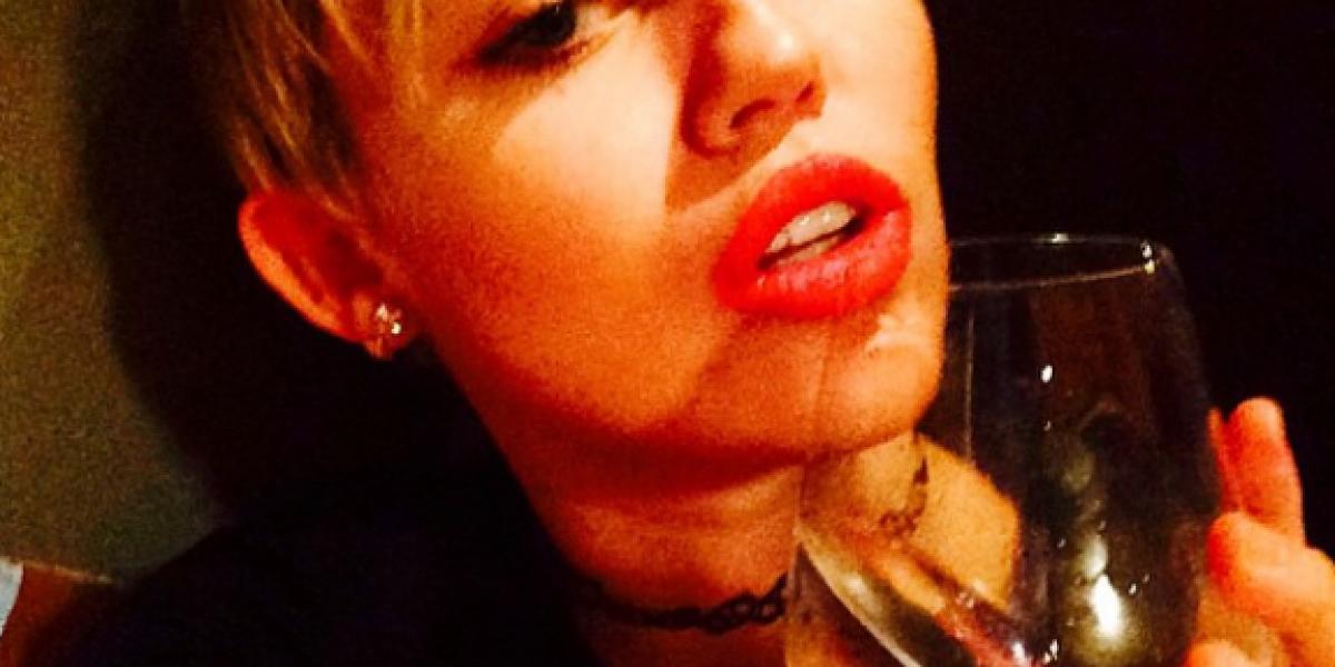 Fans llegaron a ver a Miley Cyrus fuera de su hotel