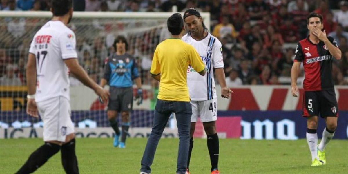 Video: ¡Ídolo total! Ronaldinho firmó un autógrafo a un hincha en pleno partido