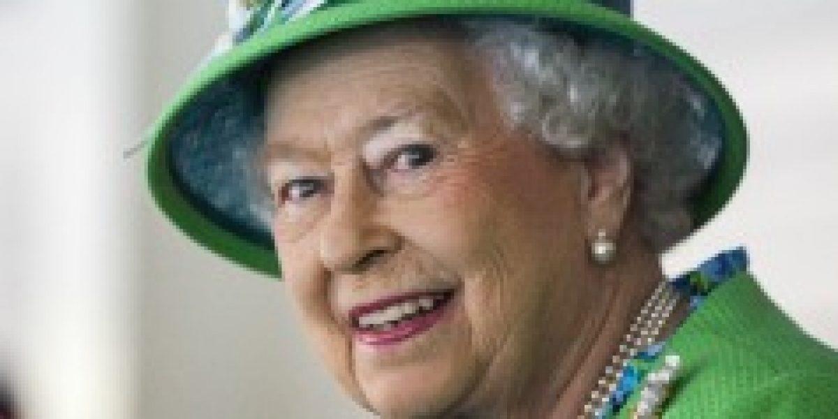 Reina Isabel II ofrece empleo de
