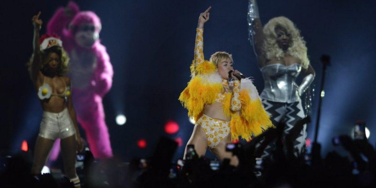 Miley Cyrus cerró show con figura fálica y pito de marihuana