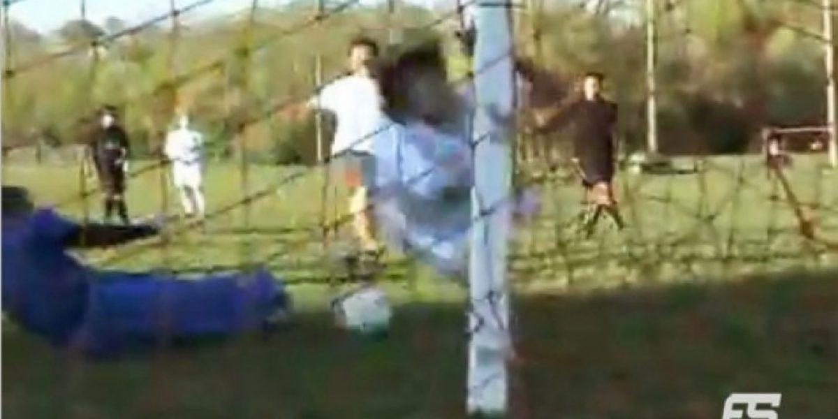 Video: ¡Qué dolor! No metió el gol y se llevó un golpe que no olvidará