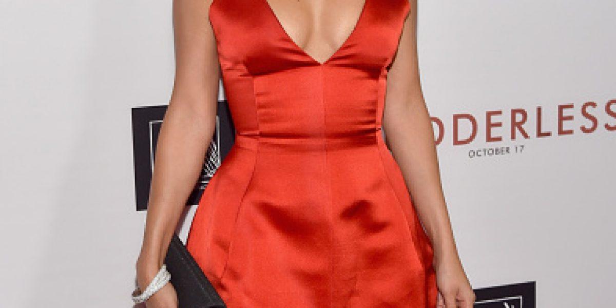 Selena Gómez se luce con gran escote y mini vestido en estreno de película