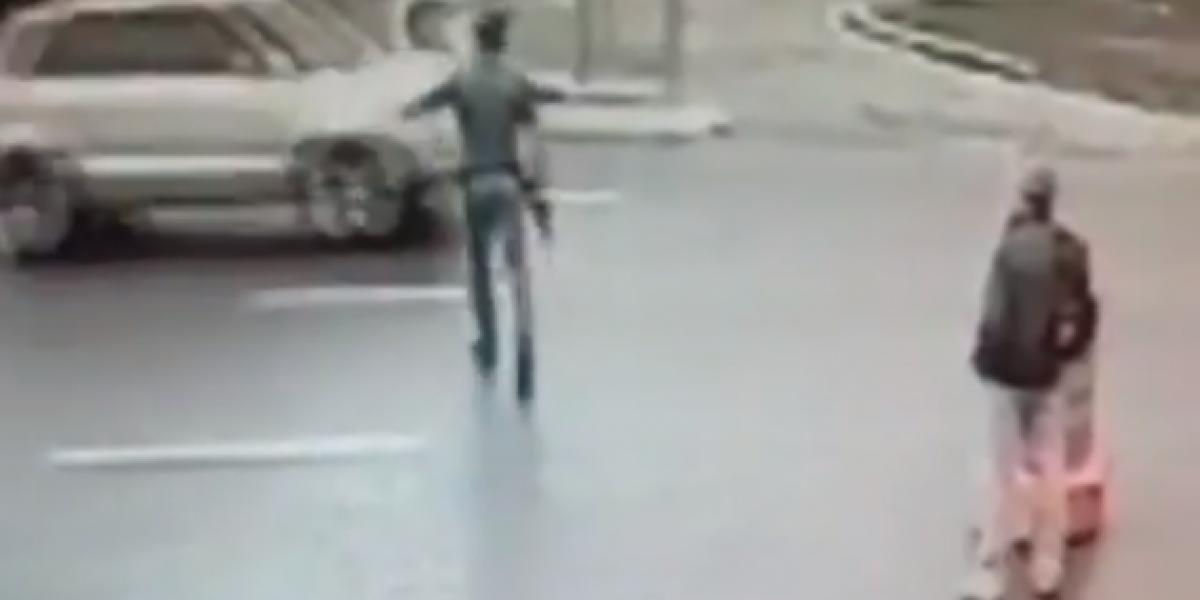Policía trata de impedir el paso de un auto y termina saltándolo