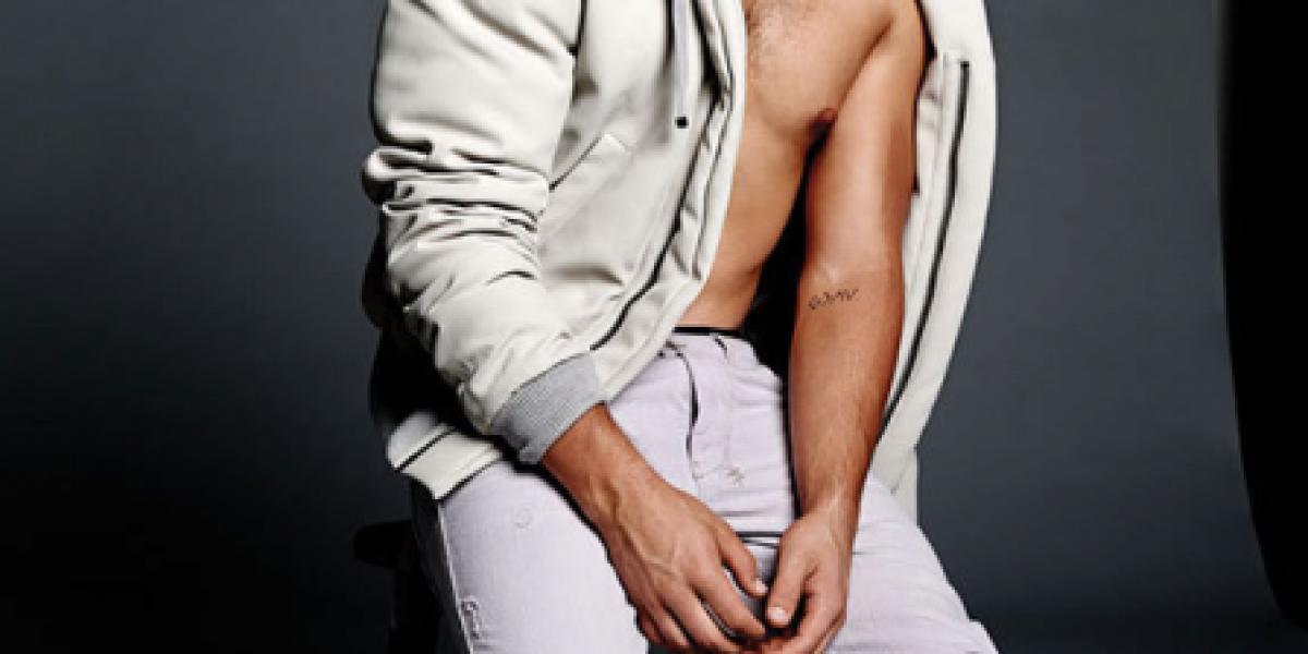 Nick Jonas luce provocativos abdominales en la portada de la revista Flaunt