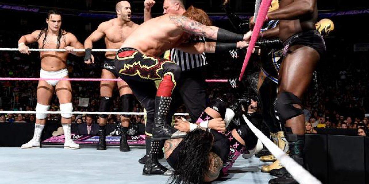 Locura en la bizarra pelea de 15 luchadores en la WWE para el aniversario de SmackDown
