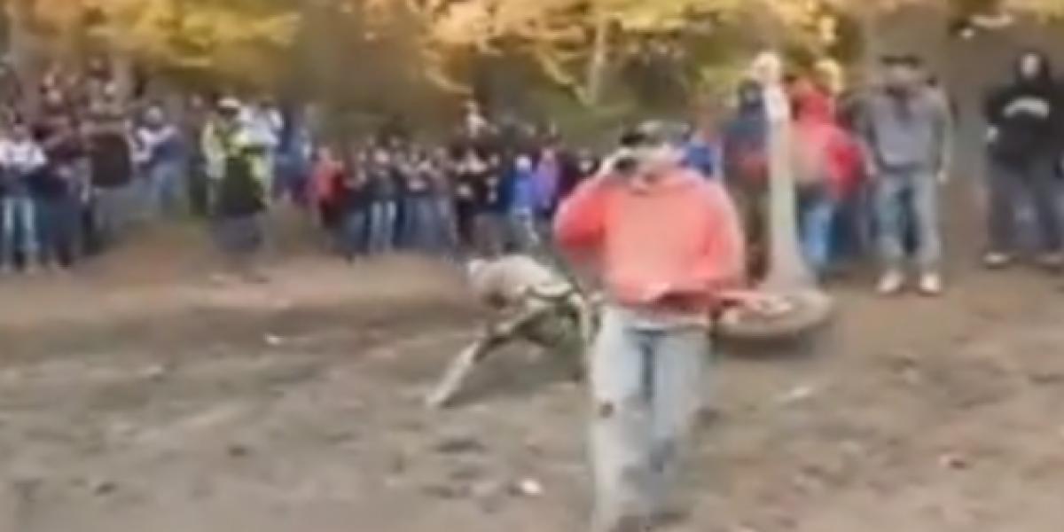 Hombre esquiva a motociclista fuera de control si cortar su celular