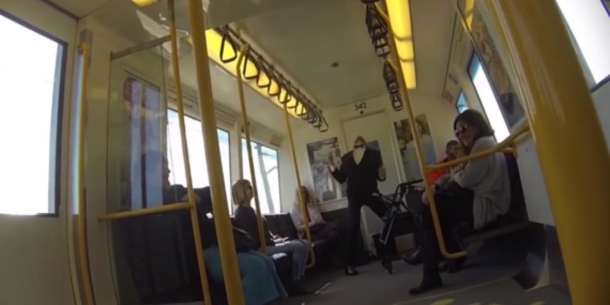 Hombre pone a bailar a la gente del metro