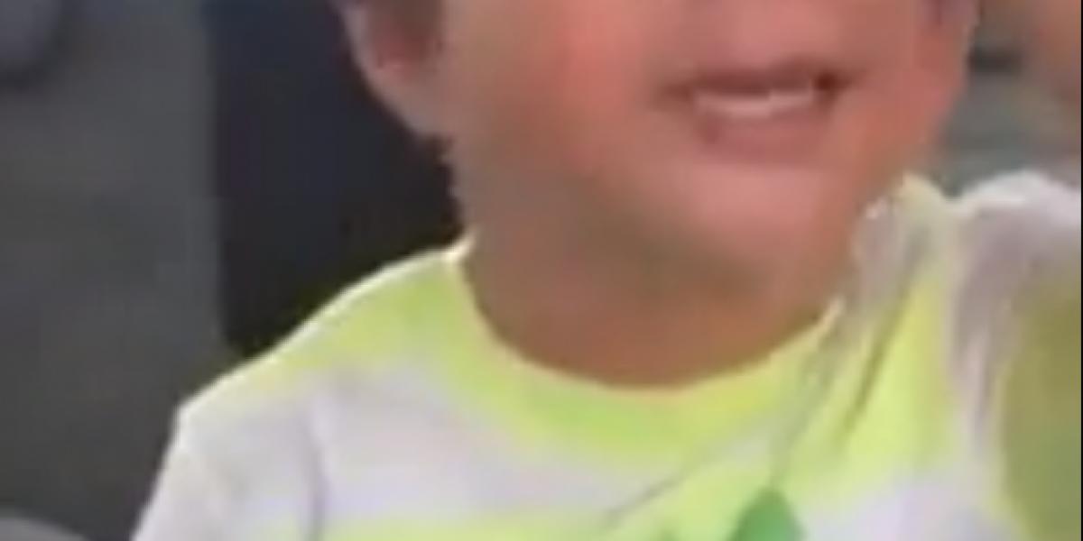 Niño llora porque teme que su madre conduzca