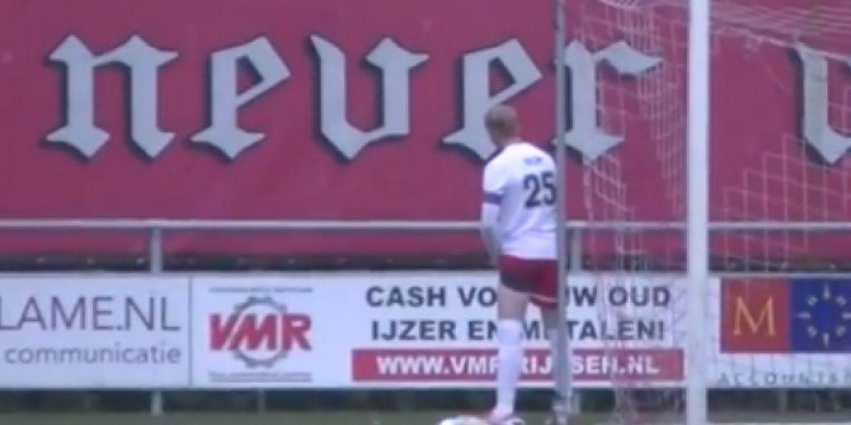Como Valdivia: holandés fue sorprendido orinando en medio de un partido