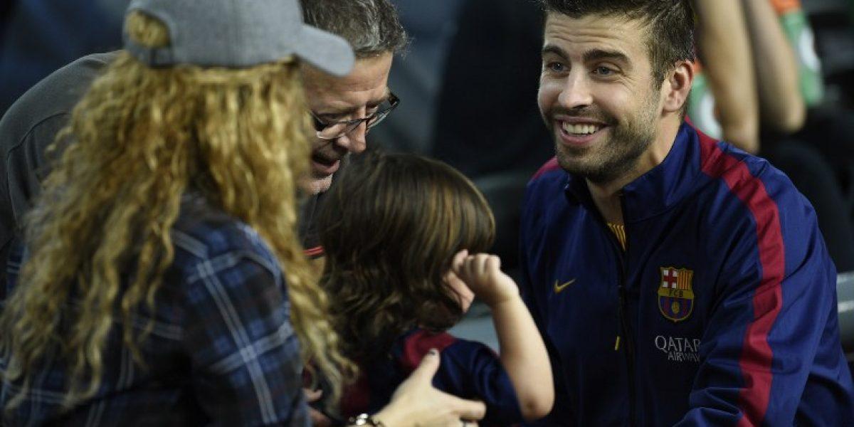 Shakira luce su avanzado embarazo junto a Milan en estadio del Barcelona