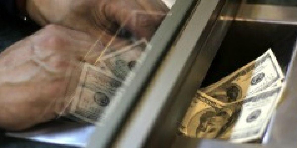 Dólar partió la semana alejándose de los $600