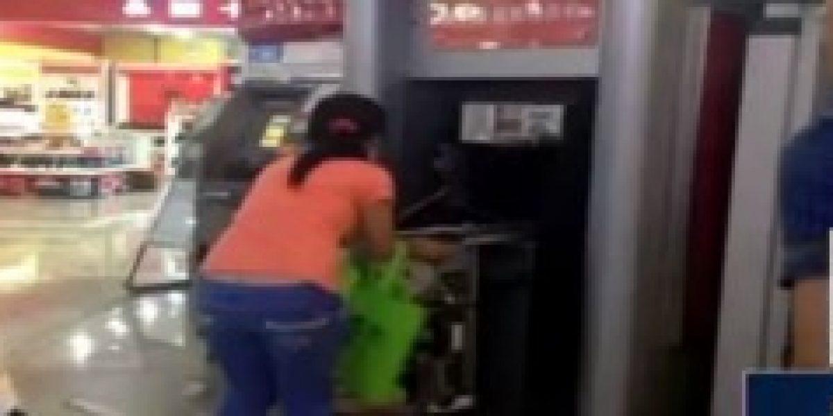 No solo pasa en Chile: mujer china destruye cajero que no le dio plata
