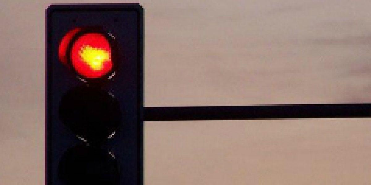 FOTOS: Este aparato cambia las luces rojas del semáforo a verde