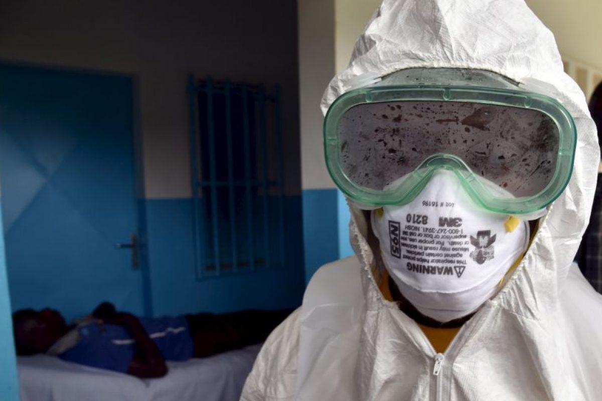3. El virus es transmitido al ser humano por animales salvajes y se propaga en las poblaciones humanas por transmisión de persona a persona. Foto:AFP. Imagen Por: