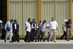 Los familiares de los 43 estudiantes que desaparecieron el 26 de septiembre pasado en Iguala ingresan hoy, viernes 7 de noviembre de 2014, al hangar militar del aeropuerto de la ciudad mexicana de Chilpancingo, donde sostuvieron una reunión con el fiscal general de México, Jesús Murillo. Foto:EFE. Imagen Por: