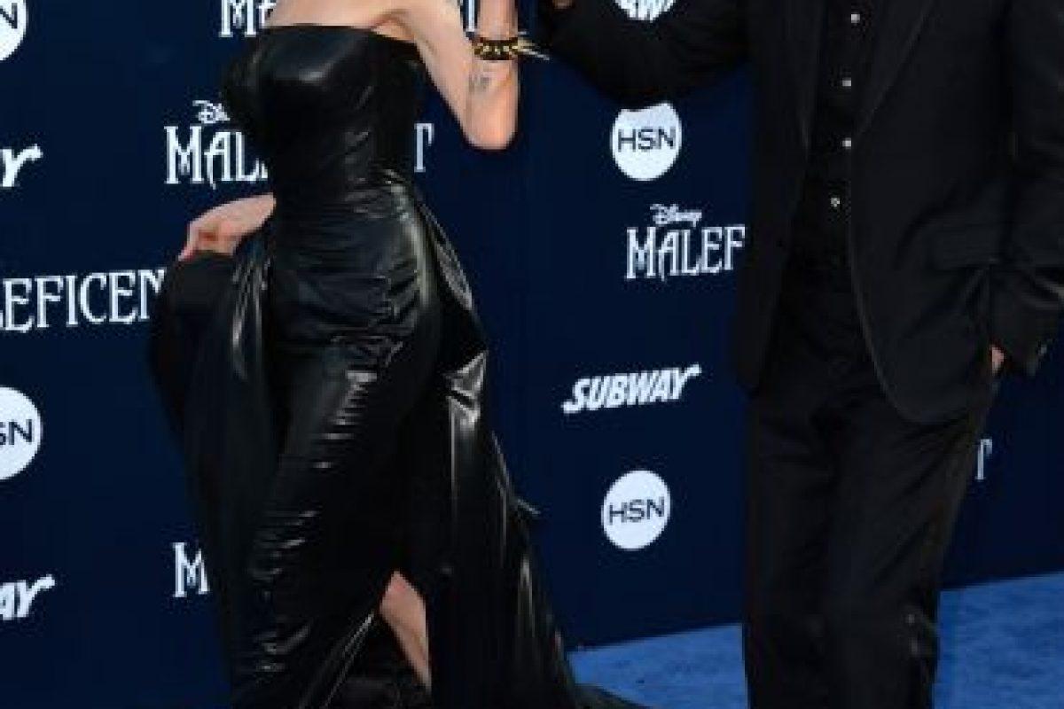 Antes de casarse con Brad Pitt, Angelina Jolie mantuvo una larga relación con la modelo Jenny Shimizu Foto:Getty. Imagen Por:
