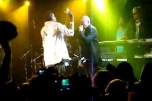 En una presentación en Aspen Colorado, el cantante invitó a un fan a subir al escenario. El hombre comenzó a lanzar dinero al rostro de Pitbull, esto provocó que el artista golpeara al sujeto hasta dejarlo en el suelo. Foto:YouTube. Imagen Por: