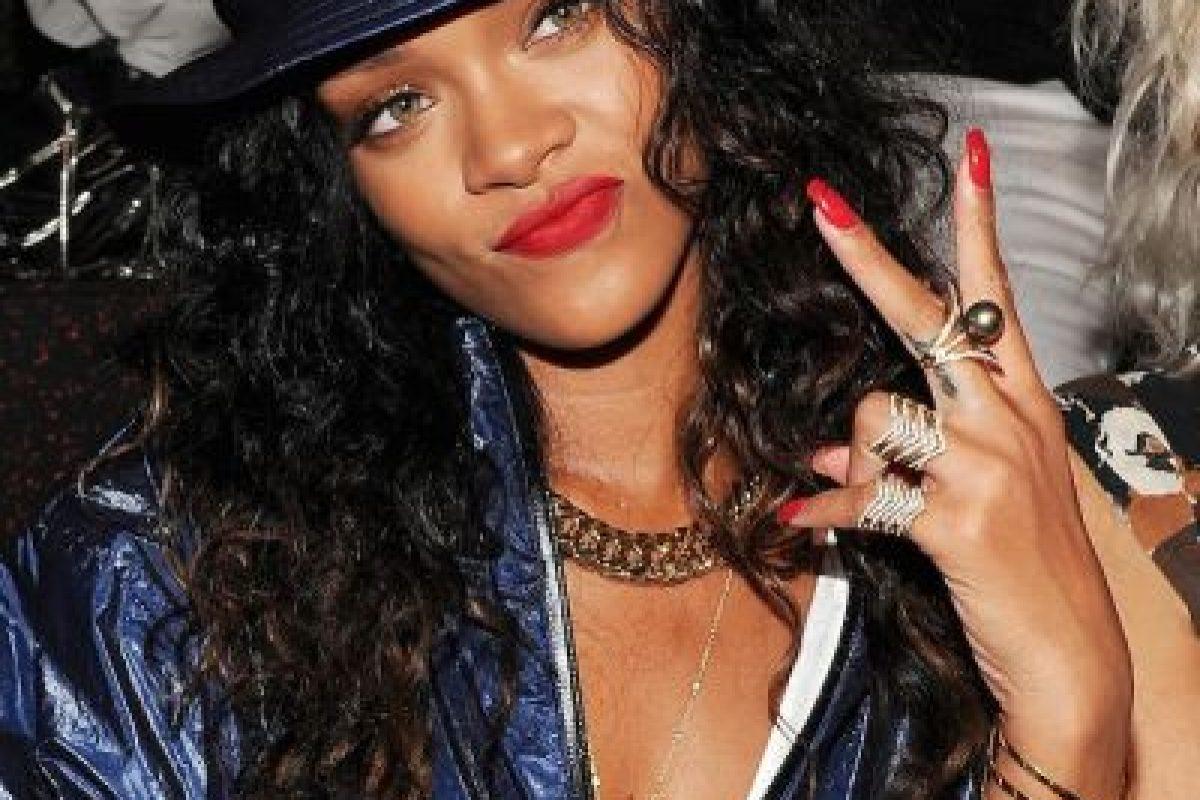 En un concierto en Bimingham Inglaterra, la cantante golpeó con el micrófono a un fan que no la soltaba del brazo. Foto:Getty Images. Imagen Por: