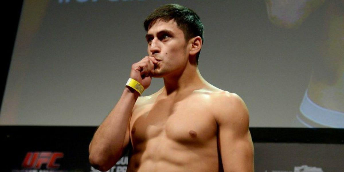 Video: Pitbull Rivas fue enfundado en una bandera chilena al pesaje del UFC