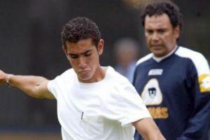 Hugo Sánchez Portugal y su padre en un entrenamiento de los Pumas de la UNAM hace varios años. Foto:vía Twitter. Imagen Por: