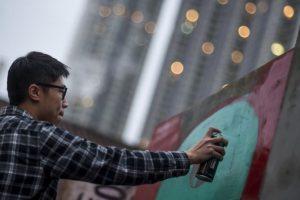 Hong Kong: Un artista pinta un grafitti sobre una réplica del Muro de Berlín. Foto:AFP. Imagen Por: