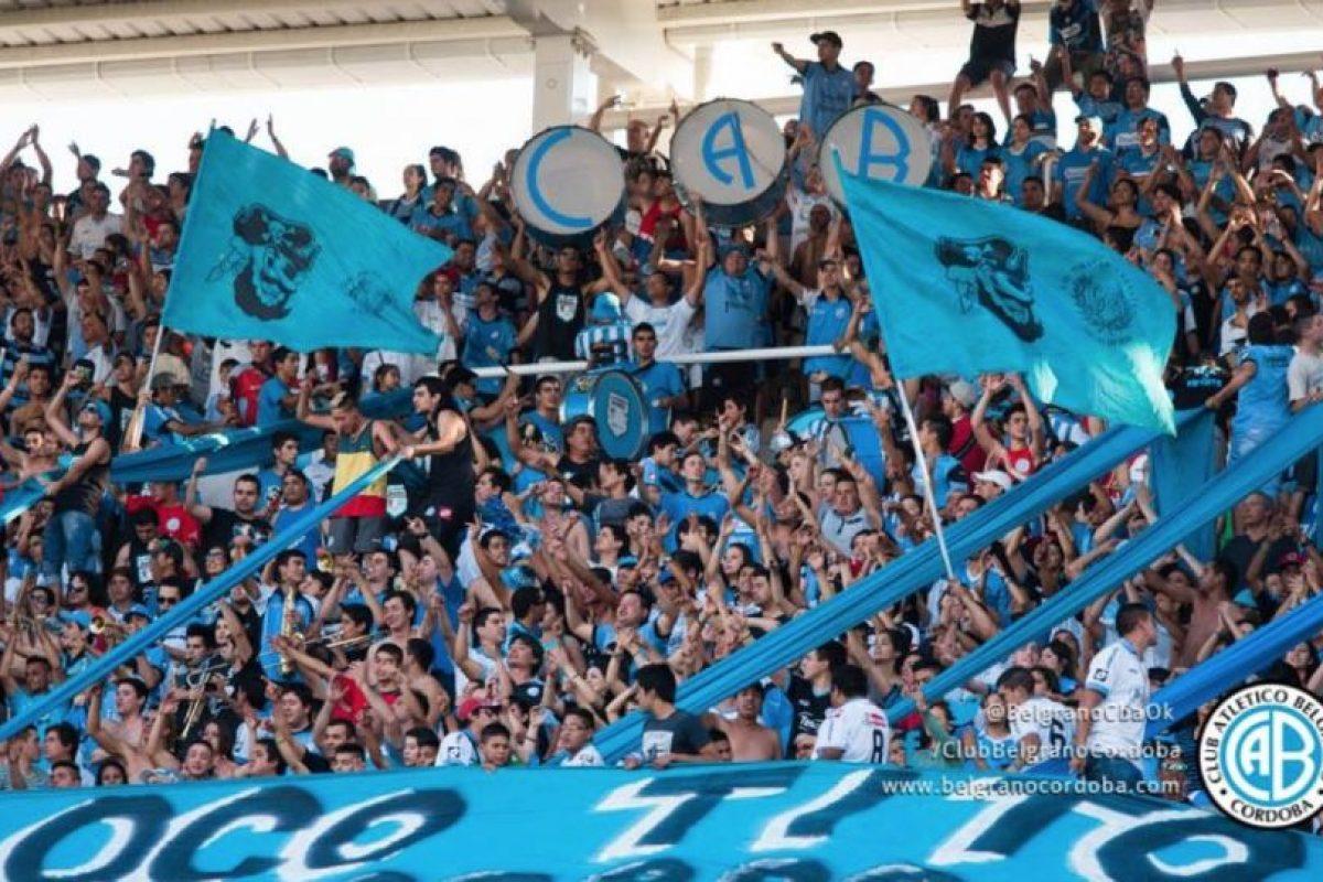 La afición no tiene mayor protección en la parte superior de la tribuna. Foto:facebook.com/ClubBelgranoCordoba. Imagen Por: