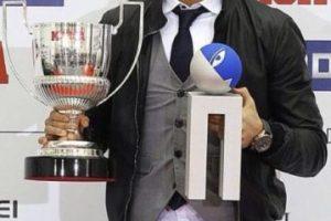 Cristiano con el Pichichi y el trofeo Alfredo Di Stéfano. Foto:twitter.com/SiempreCracks. Imagen Por: