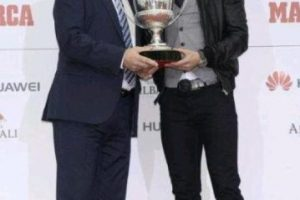 Así le entregaban sus premios. Foto:twitter.com/RMCFSports. Imagen Por: