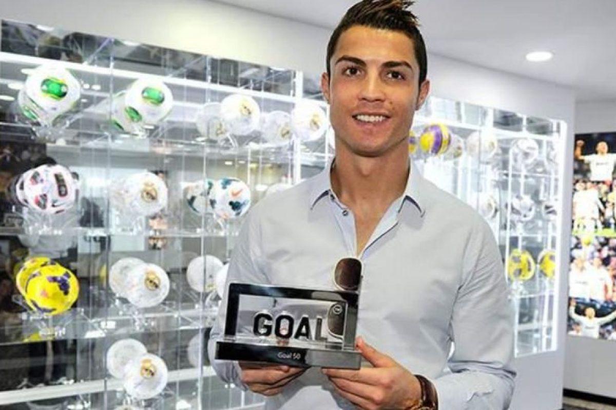 Cristiano Ronaldo con su trofeo Goal 50. Foto:twitter.com/GoalEspana. Imagen Por: