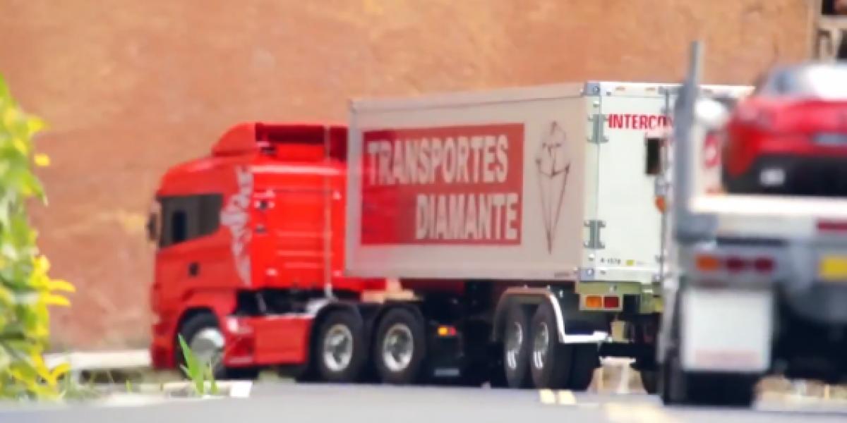 Reales camiones de juguete circulan por pequeña ciudad