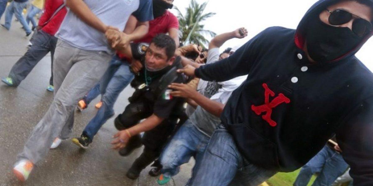 México: Manifestantes enfurecidos golpearon a un policía en Acapulco