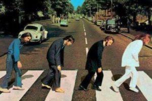 Aquí el cuarteto británico cansado de cruzar la calle Foto:Twitter. Imagen Por: