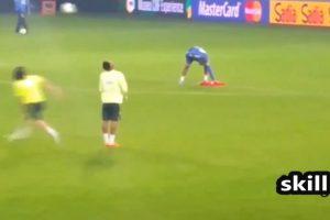Y le hizo una jugada que lo dejó inmóvil Foto:Youtibe: Brazil FIFA Cup. Imagen Por: