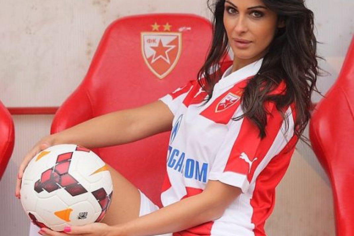 Es la conductora de un programa especial del Estrella de Belgrado; hace unos días reveló que le pidieron que se retirara de la cancha porque distraía a los futbolistas Foto:Instagram: @sreckoviceva. Imagen Por: