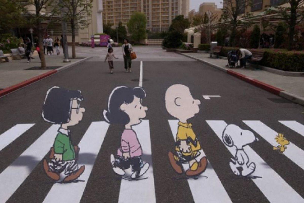 """Aquí con los personajes de """"Snoopy"""" Foto:Twitter. Imagen Por:"""