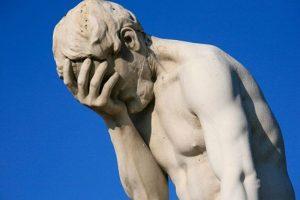 La uretra se encuentra en un lugar que no corresponde en el pene. Esto hace que los hombres no puedan mantener una erección. También deben orinar sentados Foto:Tumblr. Imagen Por: