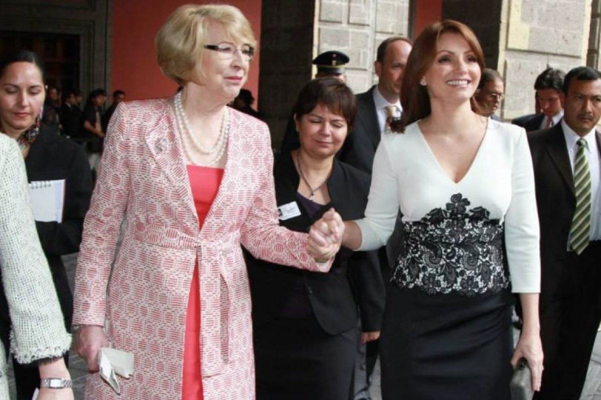 Y sobre todo, las copias de sus atuendos por parte de ella hacia las soberanas europeas. Foto:Página oficial Angélica Rivera. Imagen Por: