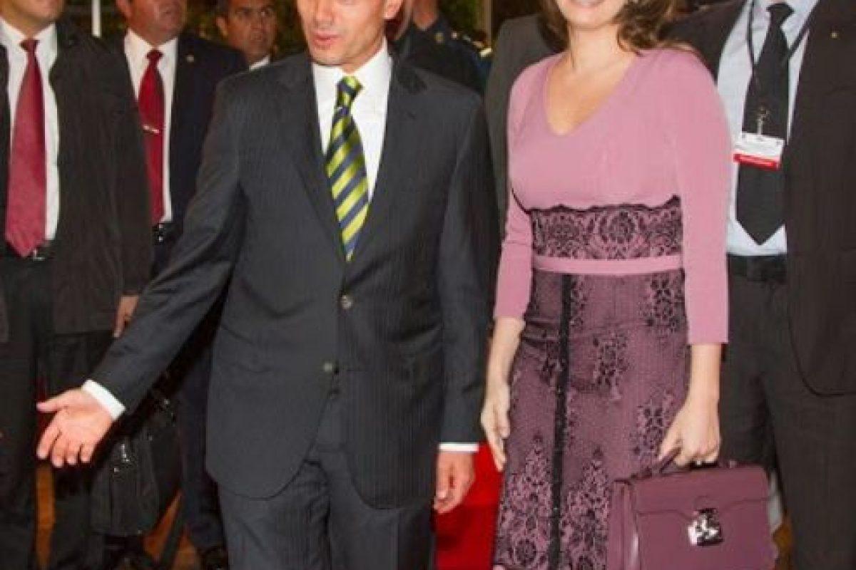"""""""En sus viajes oficiales no ha dudado calcar los vestidos de encaje que tan de moda ha puesto la Reina de España."""" Foto:Página oficial Angélica Rivera. Imagen Por:"""