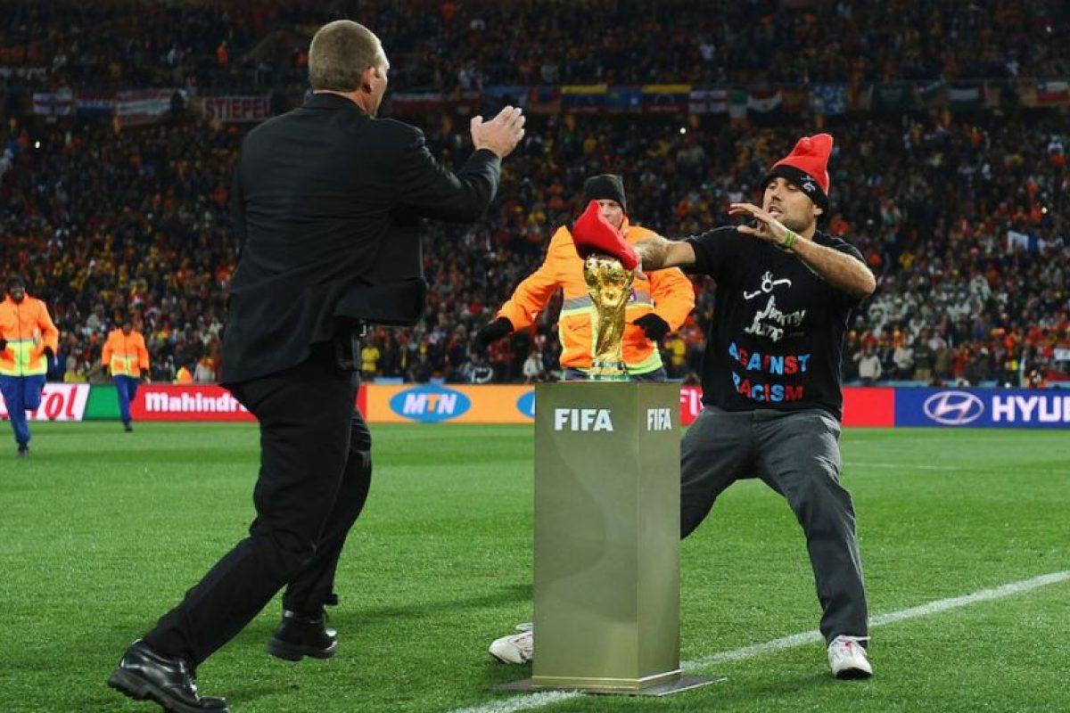 Lo único que pudo hacer el español fue intentar colocarle una boina. Foto:Getty Images. Imagen Por: