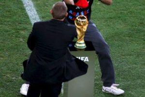 Jimmy Jump intentó tocar la Copa del Mundo en Sudáfrica 2010. Foto:Getty Images. Imagen Por: