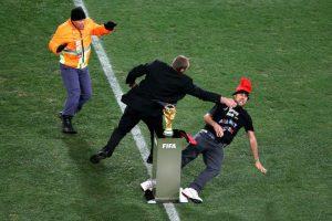 Antes de lograr su cometido, fue interceptado por un miembro de seguridad. Foto:Getty Images. Imagen Por: