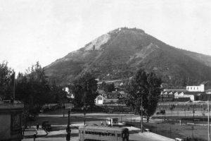 Vista del Cerro San Cristóbal, desde Plaza Italia, con el funicular funcionando en 1928. Foto:Gentileza Fotos Históricas de Chile. Imagen Por: