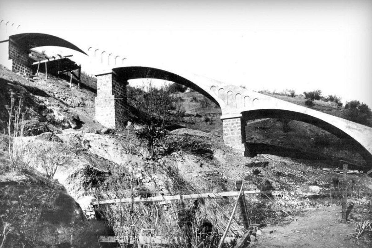 La construcción del tradicional transporte permitió a los santiaguinos llegar a la cima de este parque. Fotografía 1924 Foto:Gentileza Fotos Históricas de Chile. Imagen Por: