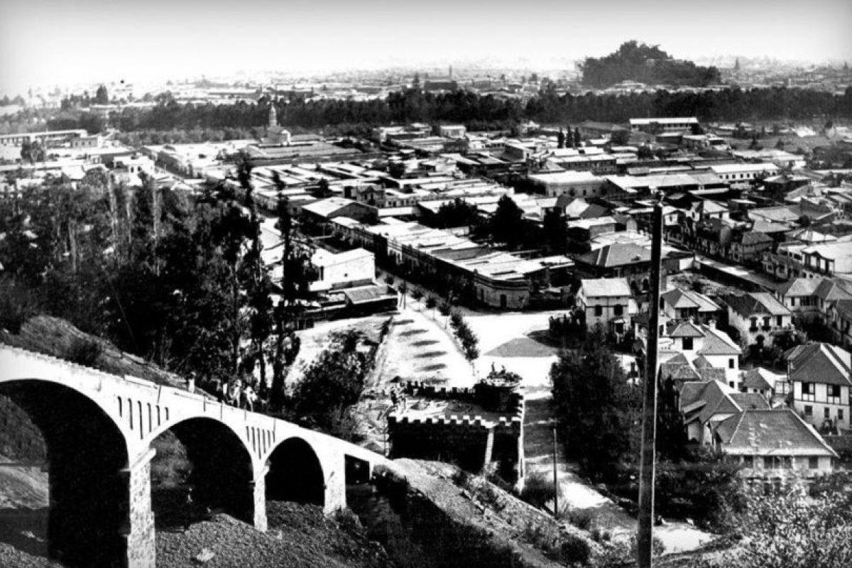 El funicular permitía tener una visión panorámica de Santiago. De fondo en la fotografía de 1924 el Barrio Bellavista. Foto:Gentileza Fotos Históricas de Chile. Imagen Por: