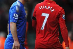 En 2013, cuando militaba en Liverpool, mordió a Branislav Ivanovic, del Chelsea Foto:Getty. Imagen Por: