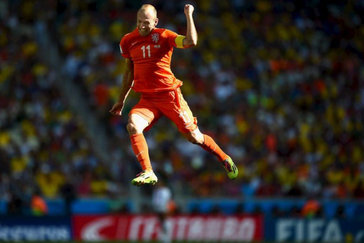 Pero Arjen Robben aprovechó una polémica jugada, para tirarse en el área de México Foto:Getty. Imagen Por: