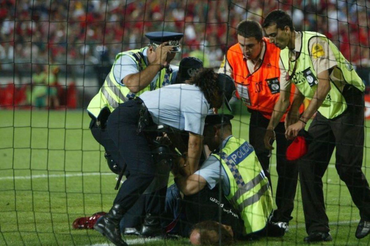 Jimmy fue detenido después de que se aventara a una de las porterías. Foto:Getty Images. Imagen Por: