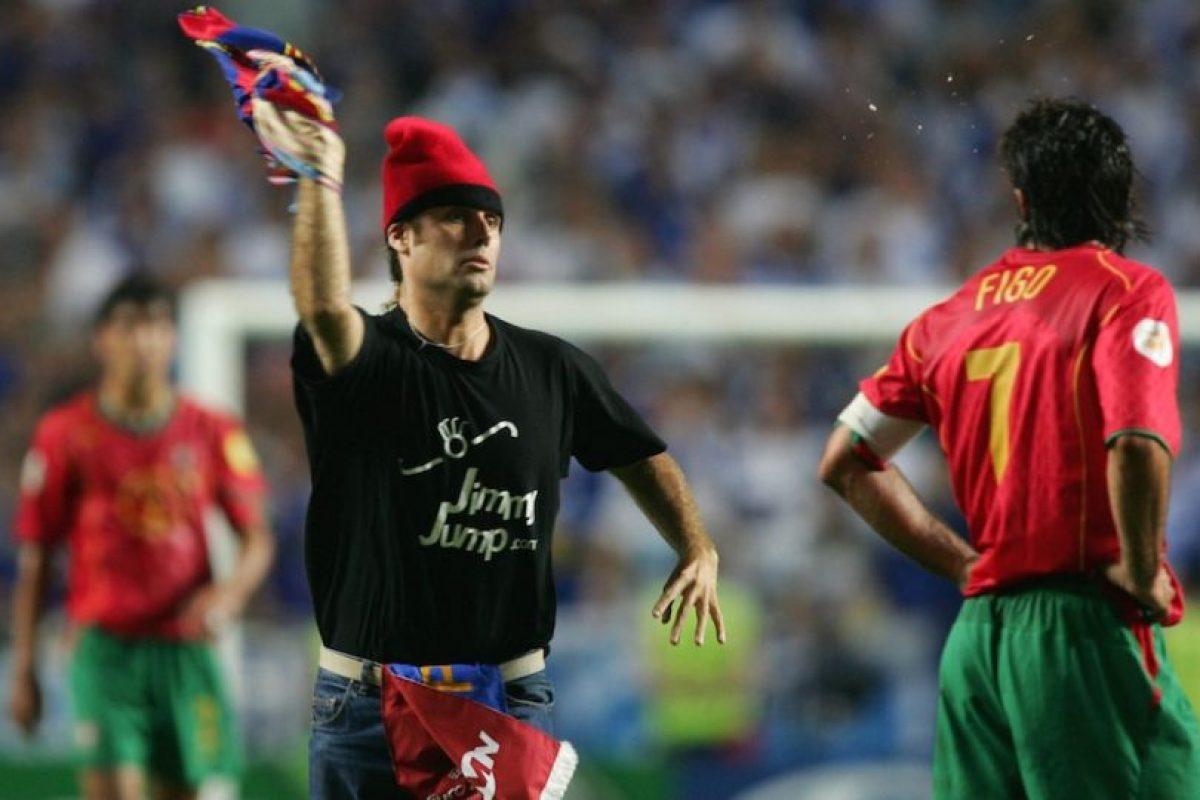 Durante la final de la Euro 2004, Jimmi invadió la cancha para aventarle una playera del Barcelona al portugués Luis Figo. Foto:Getty Images. Imagen Por: